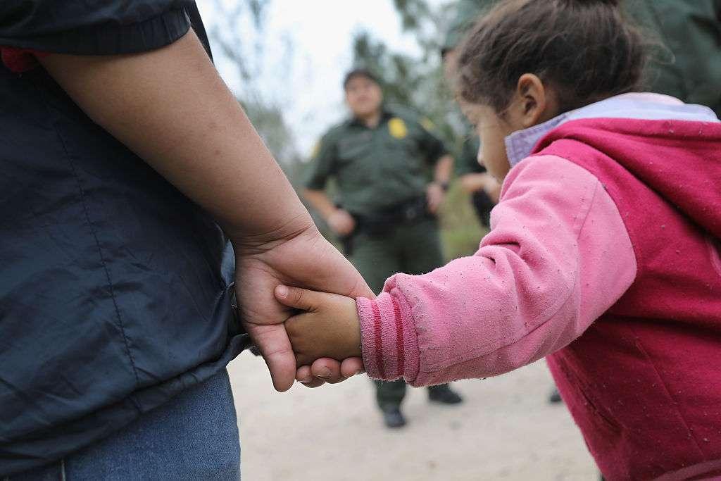 Agentes de la Patrulla Fronteriza arrestan a una familia centroamericana cerca de McAllen, Texas.