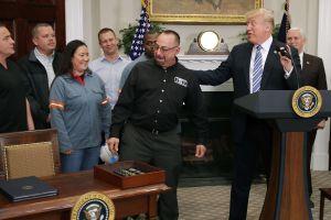 Aranceles de Trump son arriesgada estrategia política y económica, advierten expertos