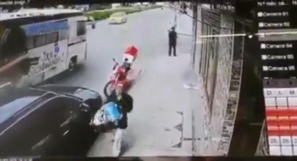 Video: hombre muere tras desvanecerse ante el paso de un autobús