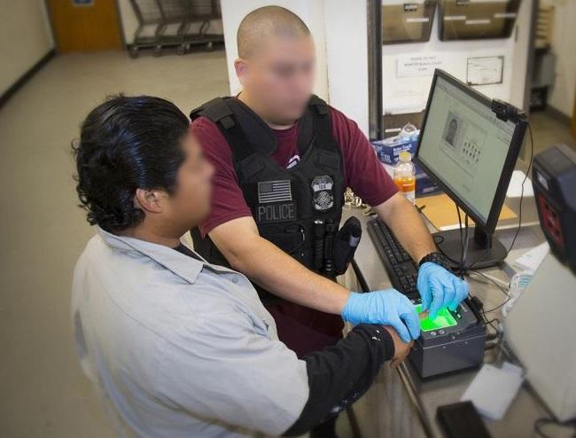 ACLU enlista varios casos de personas que piden asilo, pero son encarceladas.