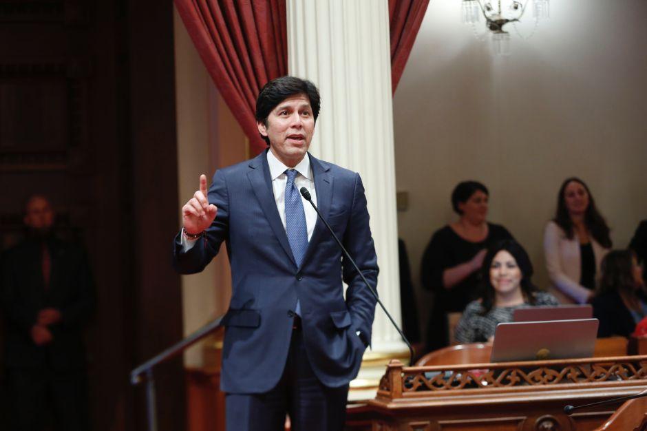 """Kevin De León reta a senadora Dianne Feinstein que """"regrese"""" para un debate"""