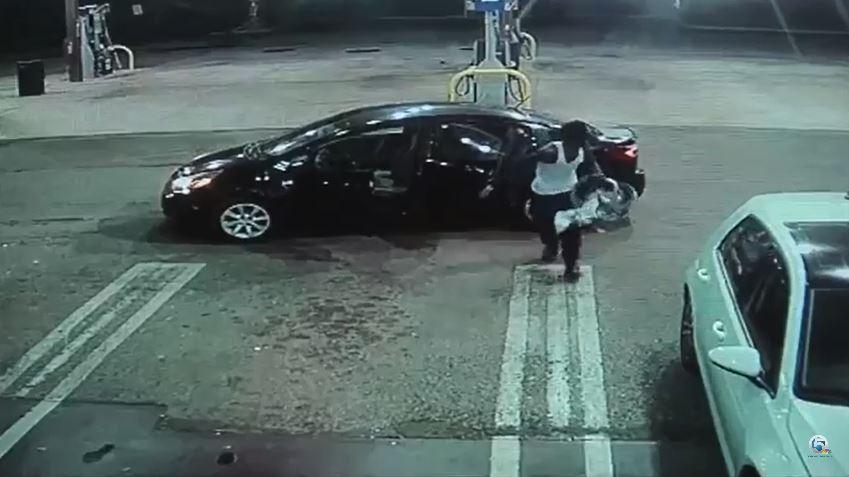 El ladrón bajó al bebé y lo dejó en otra gasolinera.