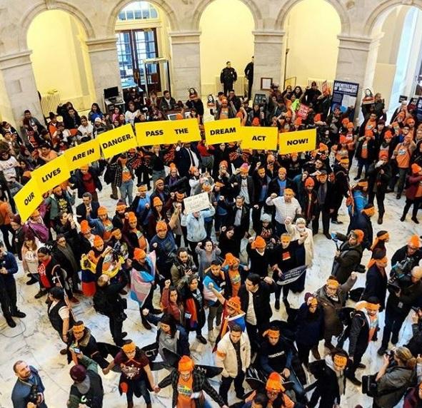 """Jóvenes activistas se manifiestan a favor de un """"DREAM Act"""" en el congreso de Estados Unidos."""