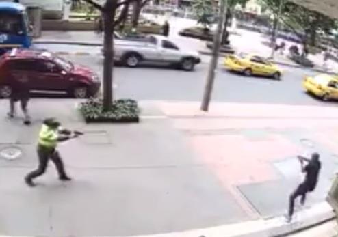 Video: policía enfrenta a ladrones que le disparan a quemarropa