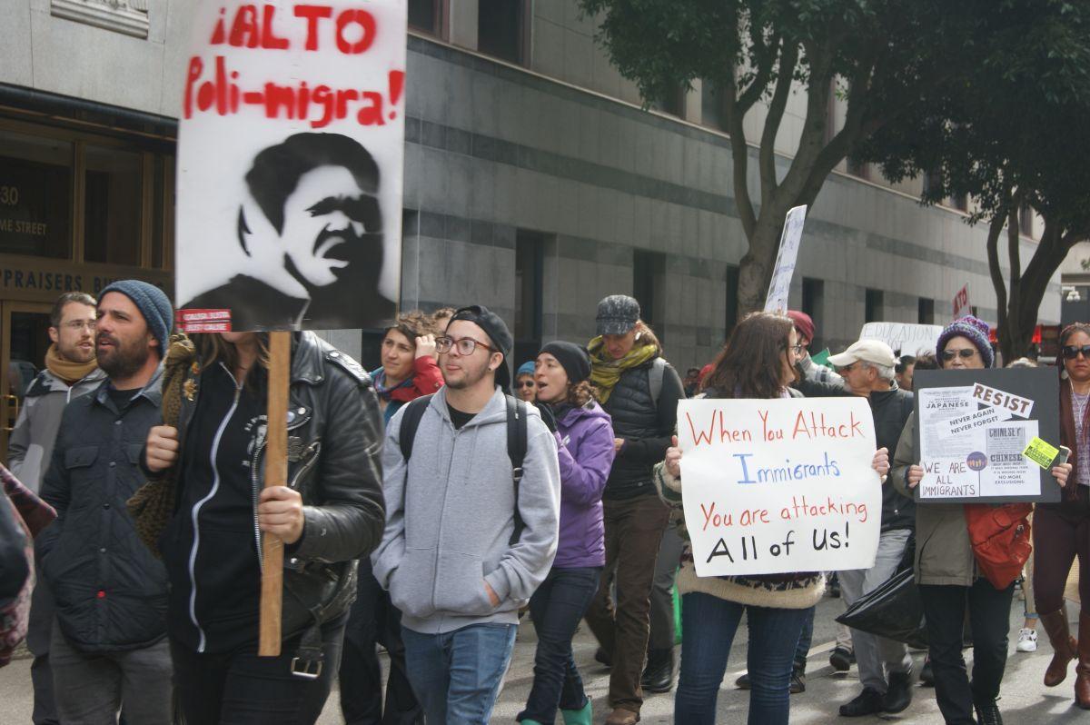 Manifestantes en San Francisco repudian las  redadas en el norte de California. (Fernando A. Torres / La Opinión de la Bahía)