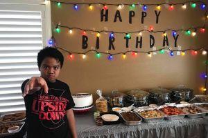 Invita a sus amigos a su fiesta de cumpleaños y no aparecen, pero el elenco de Stranger Things le da una sorpresa