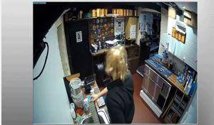 Video: La mesera de este bar se llevó un gran susto porque ocurrió algo inesperado