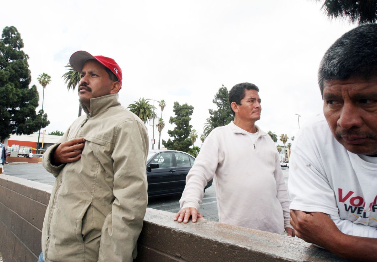 Mientras ICE realiza redadas en sitios de trabajo, el gobierno se distancia de hacer cumplir regulaciones laborales