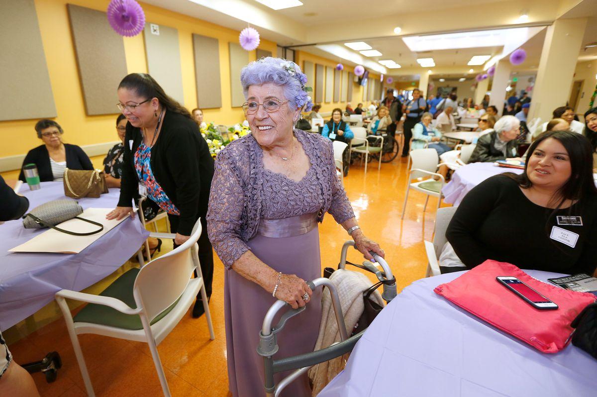 Programa para personas mayores PACE celebra al estilo 'Quinceañera'