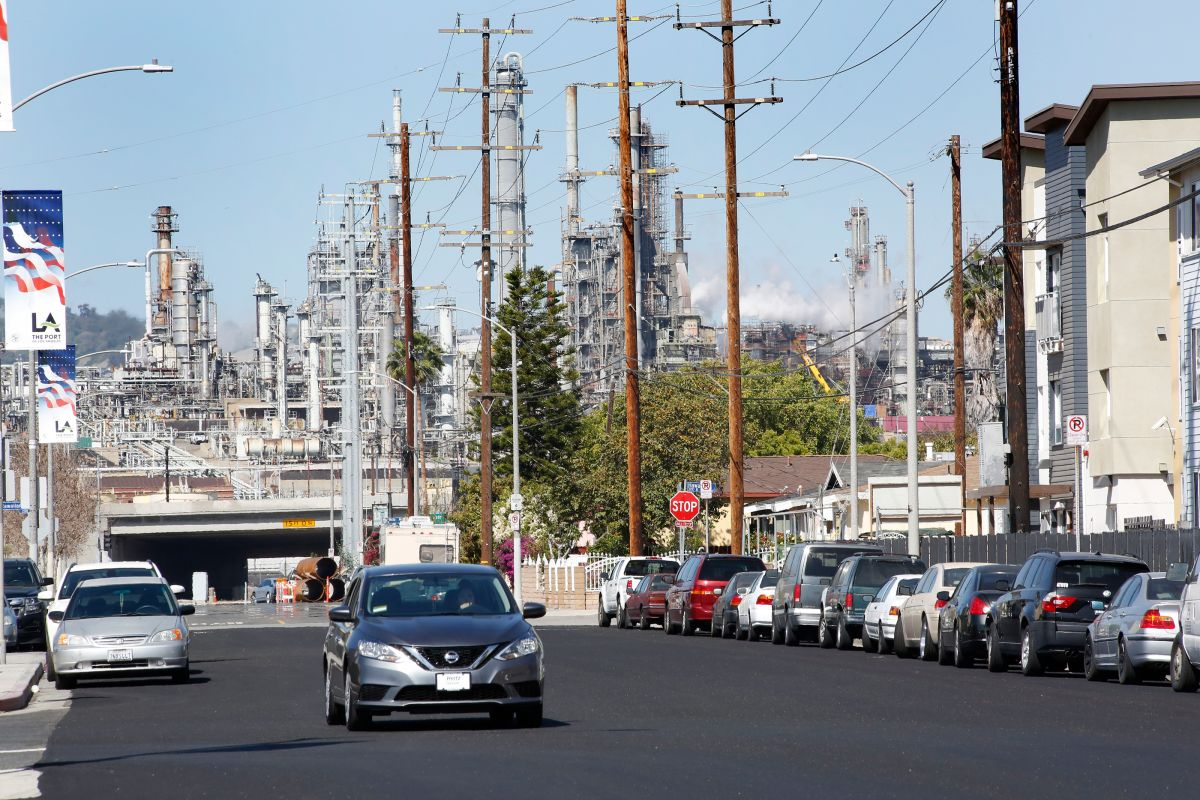 04/18/18/WILMINGTON/Smoke is seen from oil refineries in the Wilmington area. The Los Angeles-Long Beach region remains one of the most polluted in the country. (Photo by Aurelia Ventura/La Opinion)