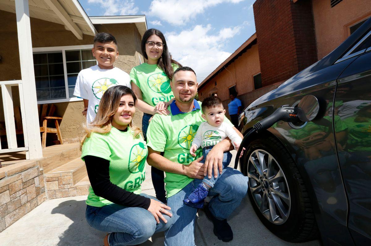 Familia del este de L.A. estrena estación para cargar su auto eléctrico en su propia casa