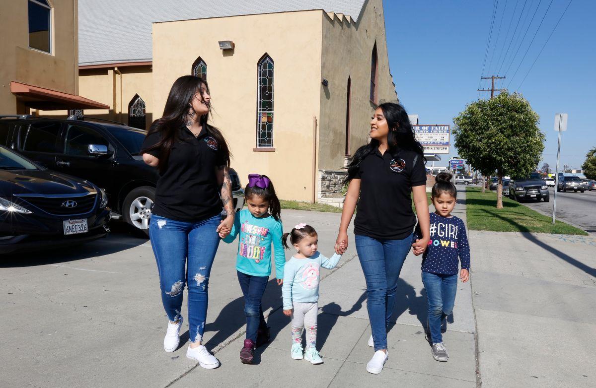 Leticia Calleros (i) y Evelyn Balbuena cuentan sobre los logros alcanzados tras convertirse en mamás. / fotos: Aurelia Ventura
