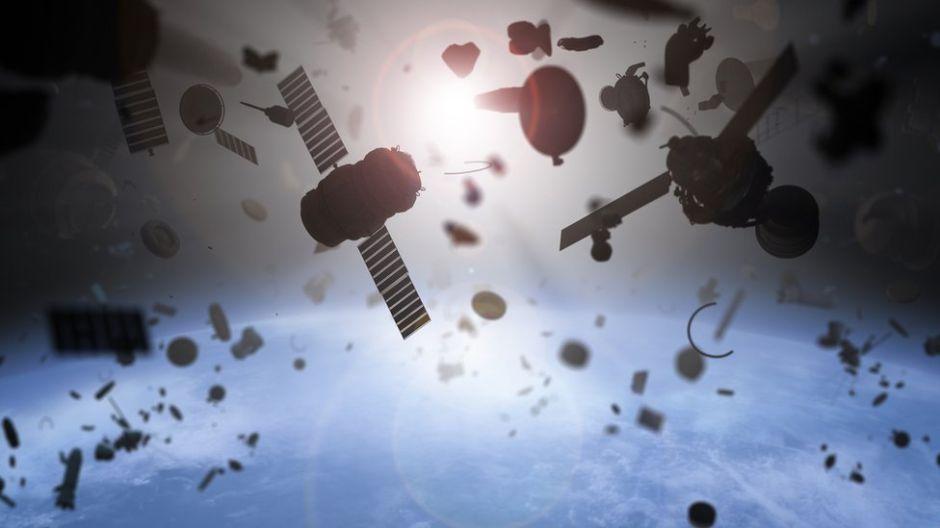 El fascinante mapa que muestra en tiempo real todos los satélites y la basura espacial que orbitan la Tierra