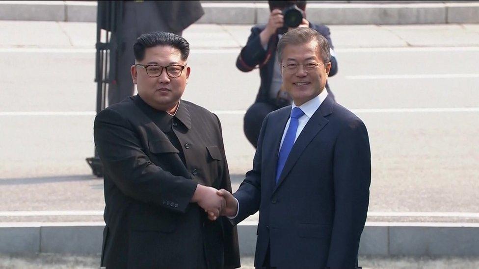 Kim Jong-un cruza la frontera  y se inicia la cumbre con el presidente Moon