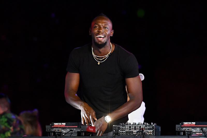 Además de jugar bien al fútbol Usain Bolt también le hace al DJ