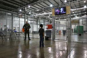 ICE no acata sus propias directrices al deportar a menores
