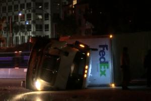 Choque de camiones bloquea la autopista y el Metro en Pasadena