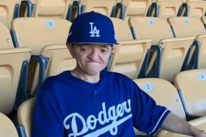 Riverside compensa a lo grande al chico con necesidades especiales al que robaron la gorra de los Dodgers