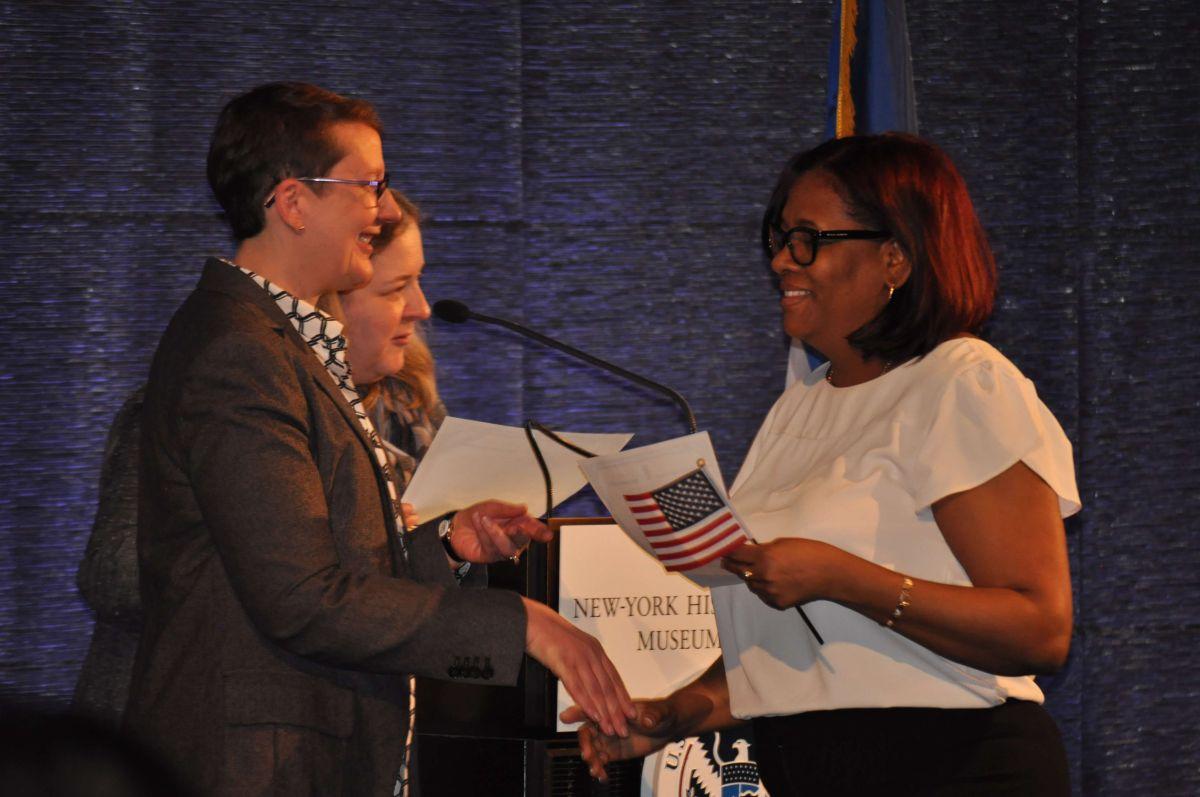 Una de las candidatas recoge su certificado de ciudadana estadounidense en la ceremonia de naturalización del pasado 10 de abril en el edificio del New-York Historical Society