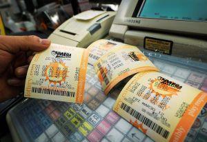 Enfermera que pelea contra Covid-19 gana un millón de dólares en la lotería