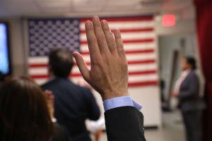 Le quitan la ciudadanía que ganó gracias a la lotería de visas por una gran mentira