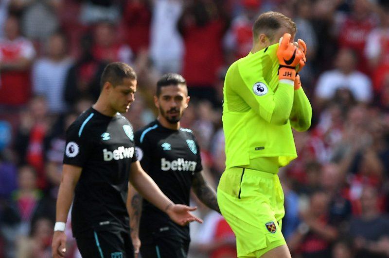 Joe Hart y el Chicharito se lamentan tras la derrota del West Ham United a manos del Arsenal.  (Foto: Shaun Botterill/Getty Images)