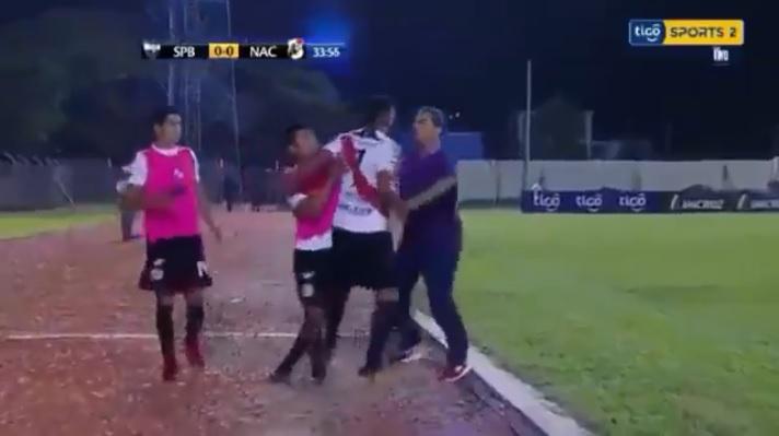 VIDEO: Futbolista pierde la cabeza y agrede a su director técnico en pleno partido