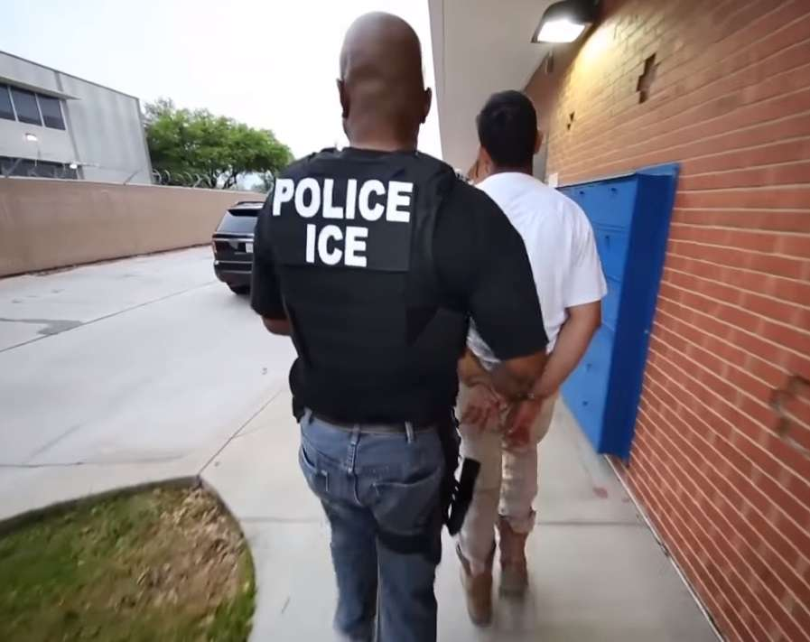 La orden de retención de ICE impide que los migrantes puedan salir de una corte o de la cárcel.