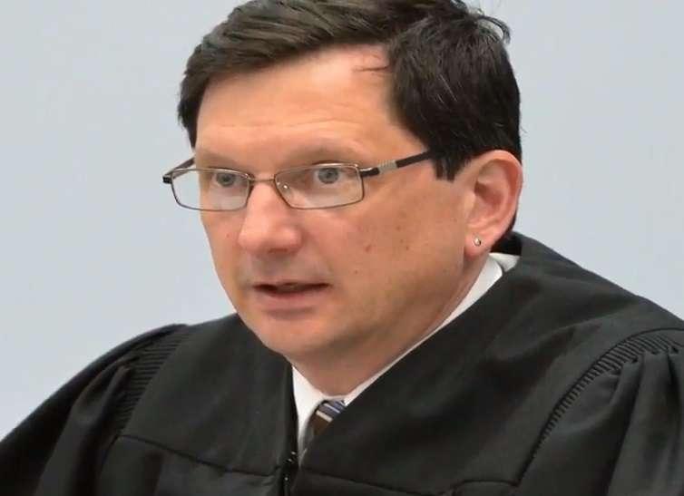 El juez Hestes podría perder su posición.