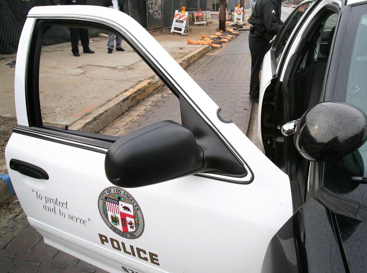 Al agente le retiraron su arma y sus credenciales de LAPD.