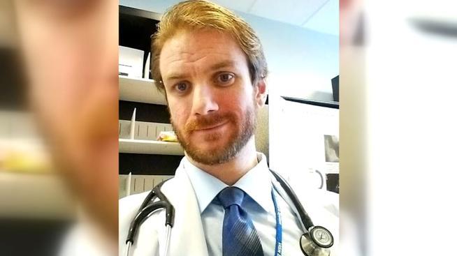 Arrestan a médico de Long Beach por enviar pornografía a menor de edad