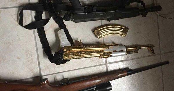 México: Ejército decomisa un arsenal de armas con un AK-47 bañado en oro