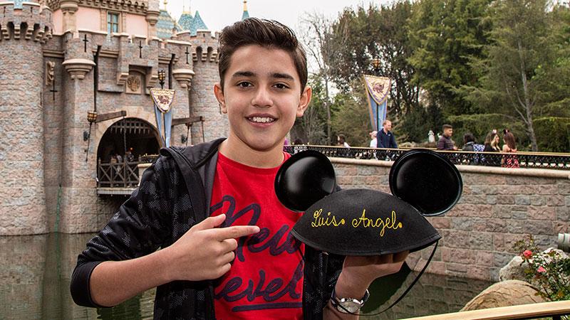 """Fotos: Estrella juvenil de """"Coco"""" disfruta a lo grande de su primera visita a Disneyland"""