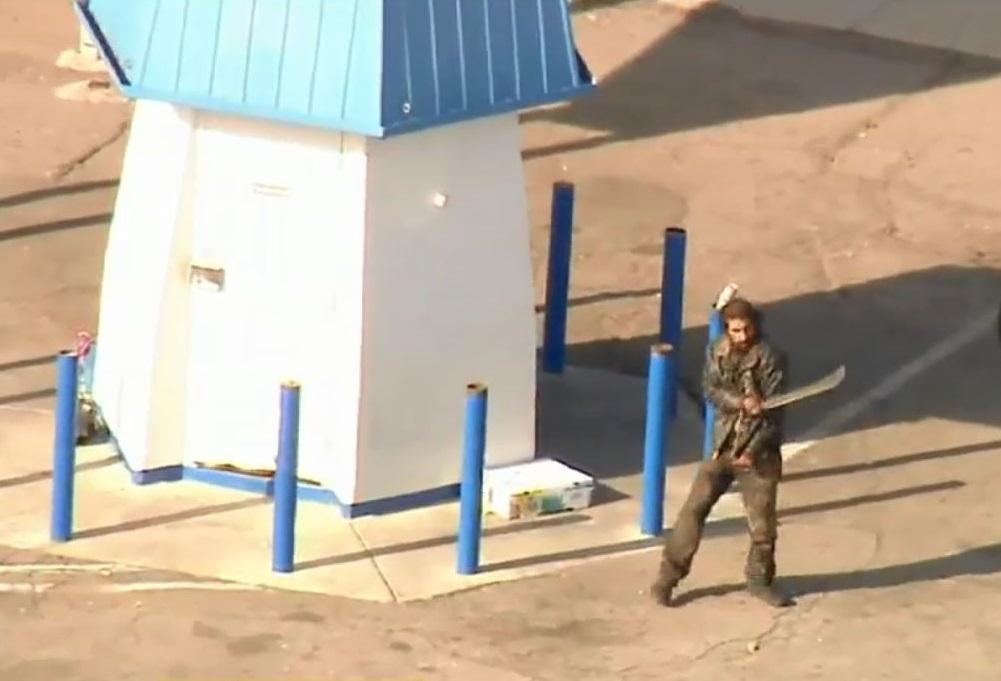 Arrestan a hombre desamparado con machete en estacionamiento de Pacoima