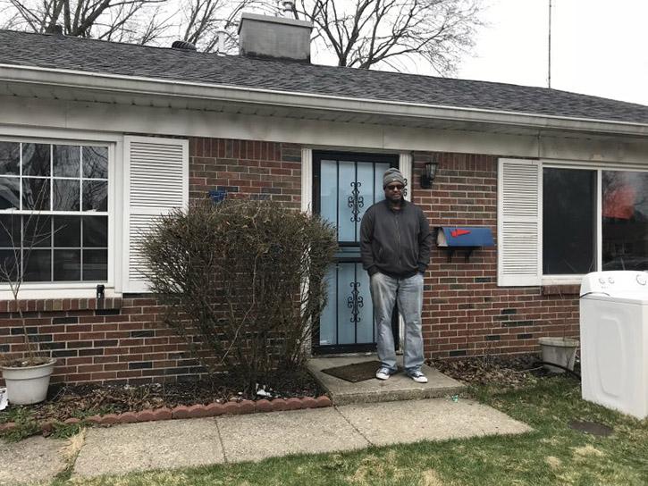Ayudan a un veterano sin hogar a recuperar su casa de la infancia
