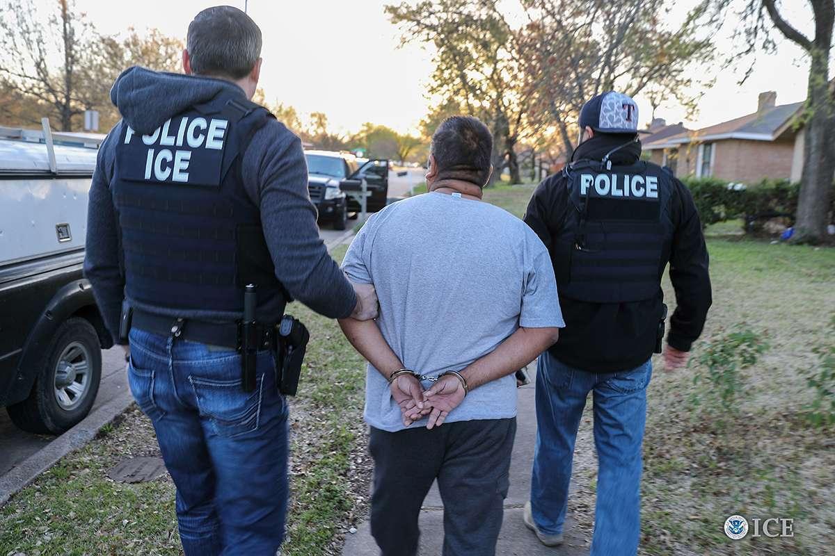 ICE no afloja su presión contra inmigrantes indocumentados