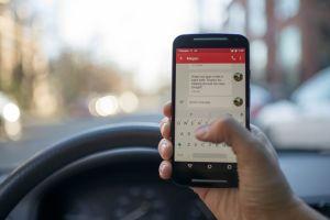 ¿Sabes de cuánto es la multa por usar el celular manejando?