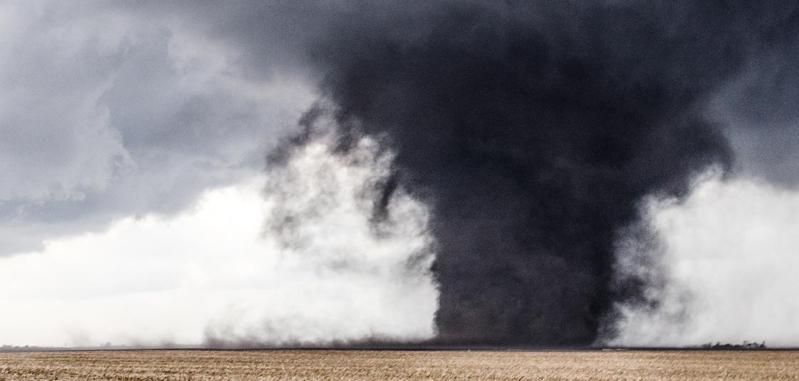 Un tornado levanta la tierra de un campo fuera de Washburn, Illinois. NOAA