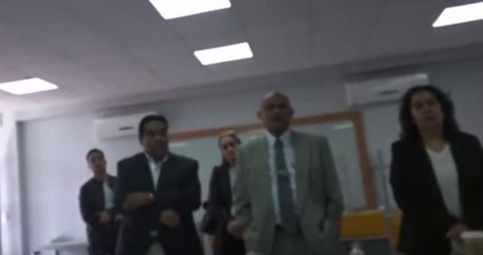 Video: profesores cancelan examen profesional a joven por no vestir traje y corbata