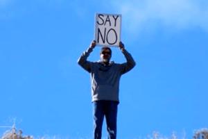 Un padre irrumpe en la petición de matrimonio de su hija con un mensaje claro
