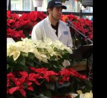 Un trabajador de una bodega es grabado cantando, el video se hace viral y consigue algo increíble por ello