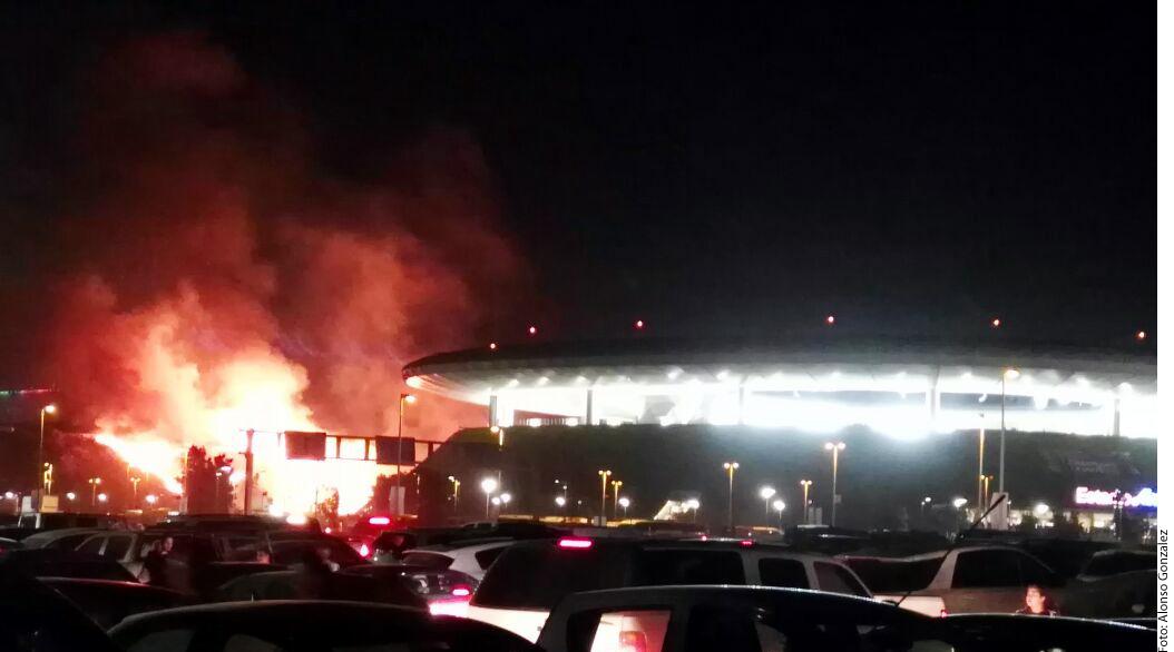 VIDEO: Pirotecnia en el estadio de Chivas desató un fuerte incendio