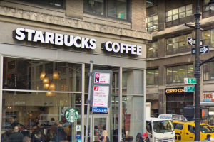 Sargento NYPD demanda a Starbucks por disturbios al regalar comida en Midtown
