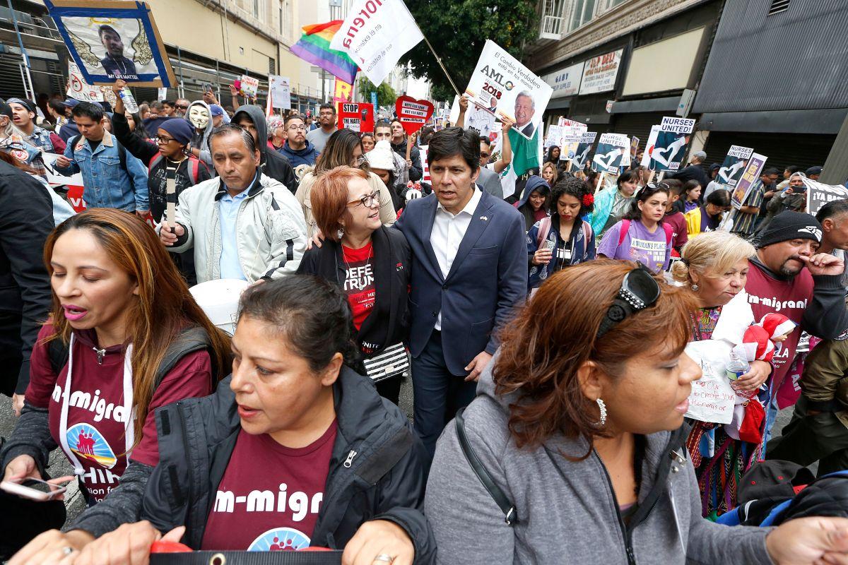 Kevin de León y Maria Elena Durazo se observan en medio de la multitud de manifestantes de la marcha del primero de mayo en Los Ángeles.
