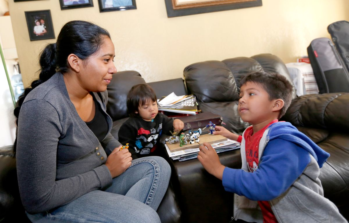 05/02/18/LOS ANGELES/Salvadoran immigrant Olivia Caceres with her young children, Andree, 4, and Mateo, 1, discuses their one month across Mexico to arrive to the U.S. in order to ask for asylum.  (Photo by Aurelia Ventura/La Opinion)