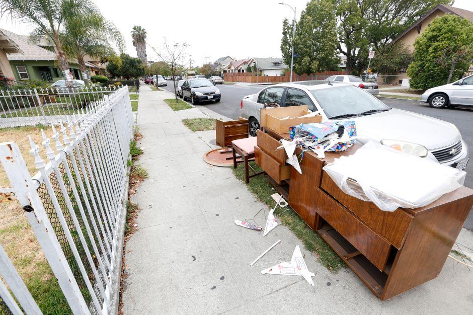 ¡Cuánta basura! El difícil esfuerzo por mantener las calles de Los Ángeles libres de artículos voluminosos