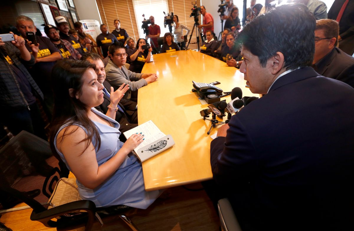 05/16/18 /LOS ANGELES/DACA recipient Melody Klingenfuss joined State Senator Kevin de Leon, author of SB 54, immigrants and advocates during a press conference in Los Angeles to discuss the latest on sanctuary cities. (Aurelia Ventura/La Opinion)
