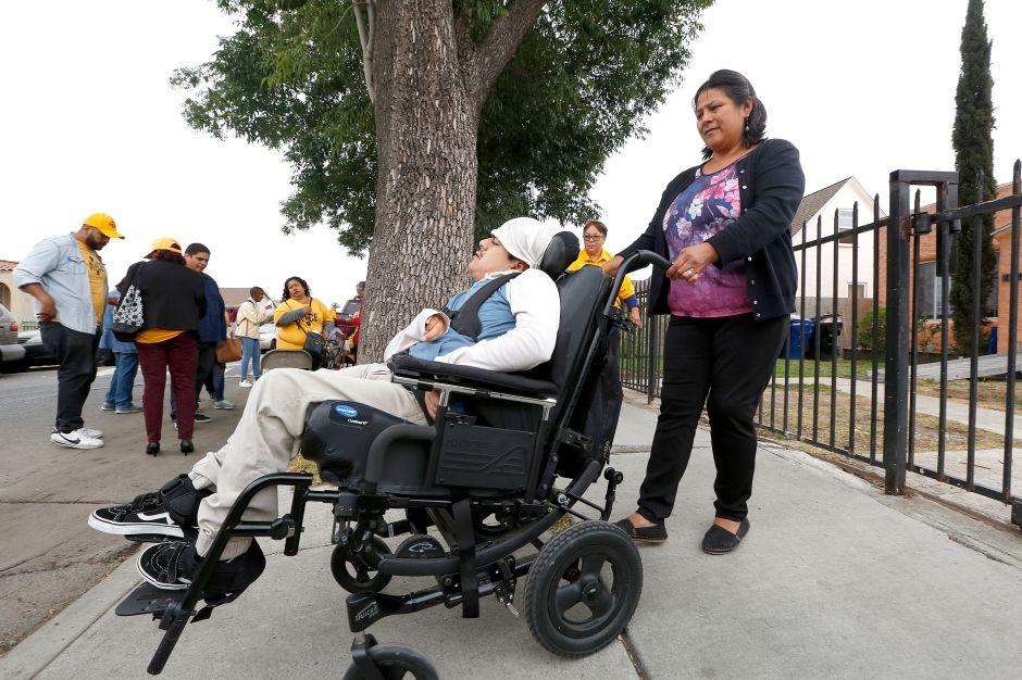Personas con discapacidades se quejan por banquetas sin reparar