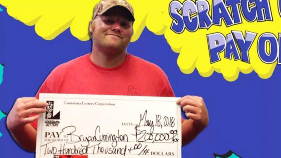 Hombre rescata de la basura boleto ganador de la lotería
