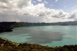El misterioso lago de El Salvador que cambia de color